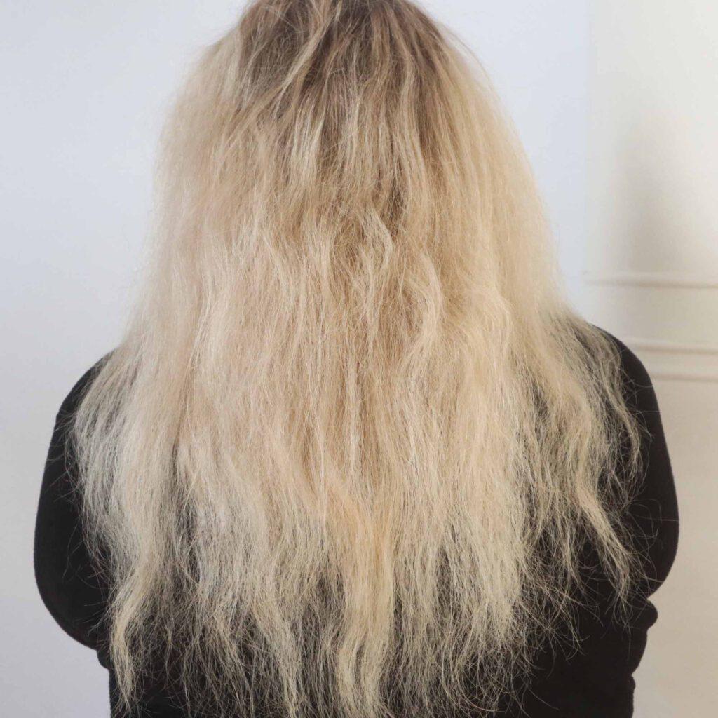 Hiukset ennen K18 hoitoa harjattuna